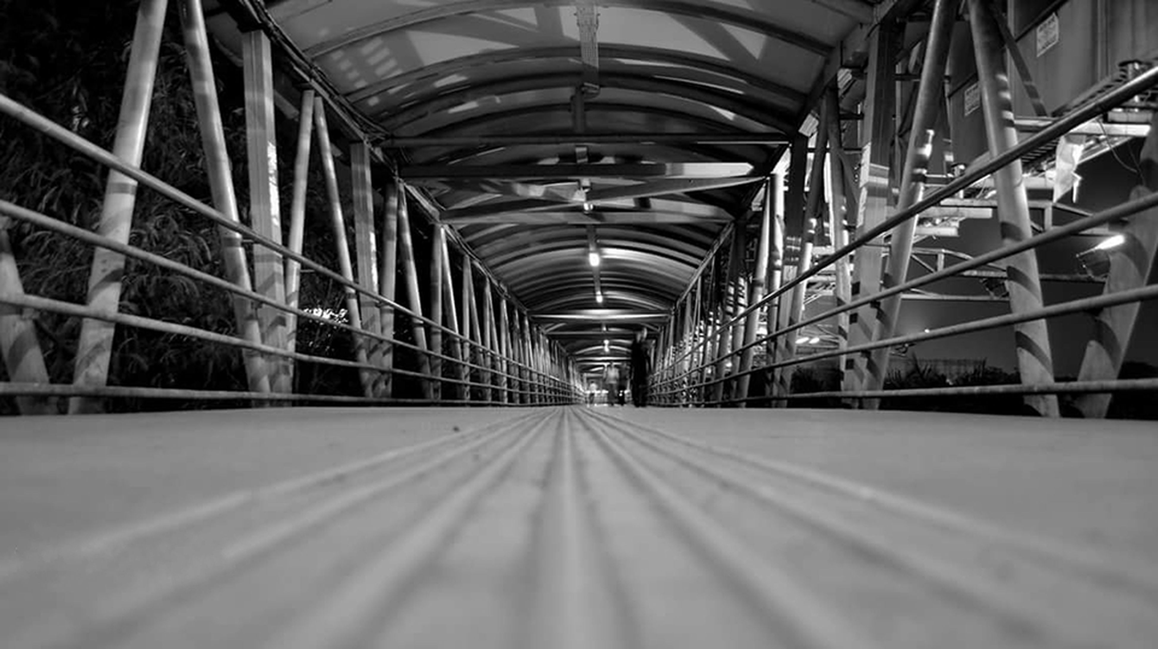 indoors, the way forward, diminishing perspective, architecture, ceiling, built structure, vanishing point, empty, corridor, long, in a row, surface level, transportation, absence, no people, connection, arch, repetition, tunnel, flooring