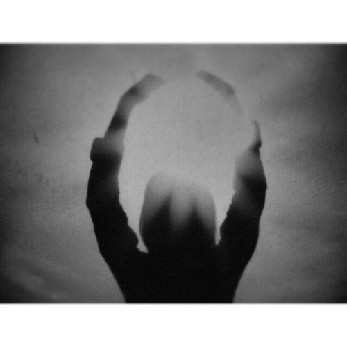 Belki şurda bir kucak güneş ışığı kalmıştır, yeniden doğan Arşivden Istanbuldayasam Istanbuldaysam Objektifimden aniyakala turkeyphotoarenafotografheryerde instalike instagram instaphoto 2010 canon nice turkey istanbul güneş life dark