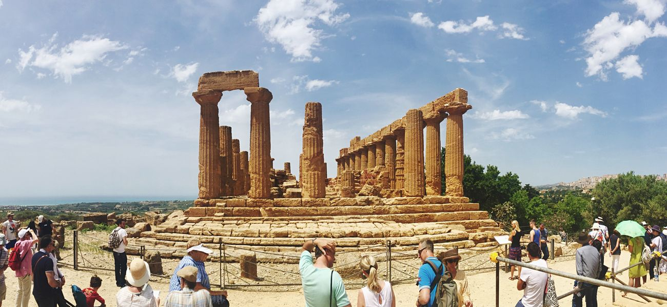Panoramica del tempio di Giunone (Hera) Valle Dei Templi Agrigento Sicily Temple Architecture Greek Roman Old Ruin History Ancient Civilization Large Group Of People Sky Tourism