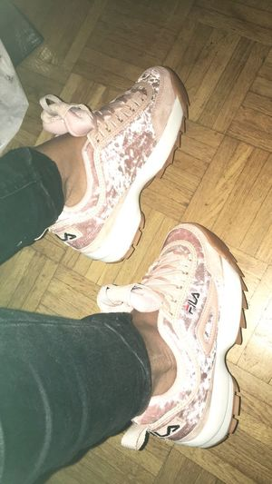 Sneakers Addict 😍🙈 Shoe Human Leg Real People Women Close-up Sneakers Sneakersaddict Shoe French Frenchgirl Shoeselfie Real Life One Person Roses Pastel Power Colors Lifestyles Paris Shopping Time