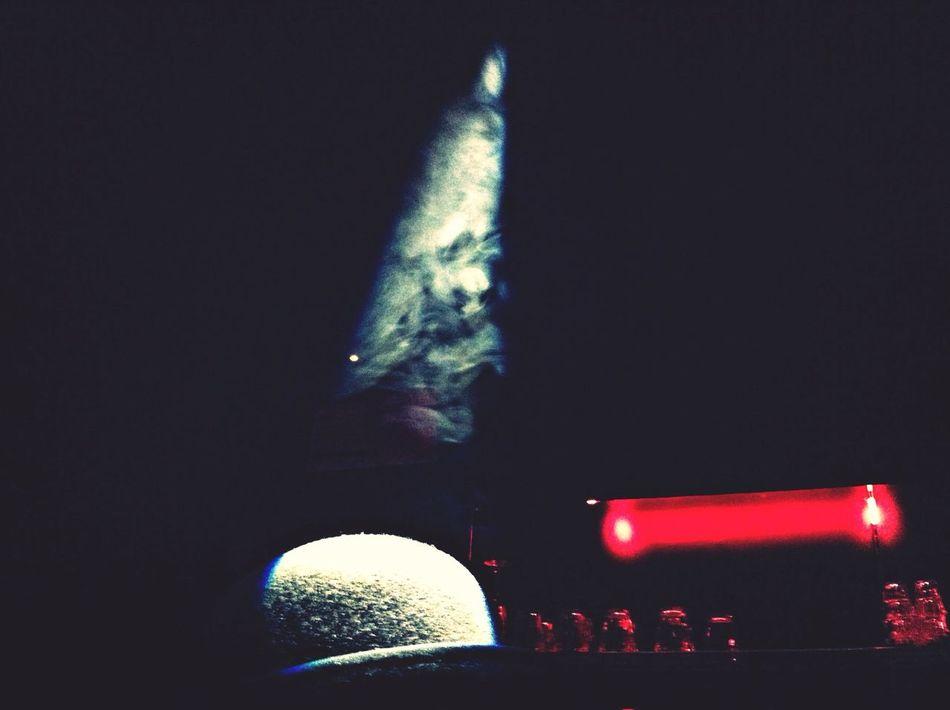 어둠 속 한 자락의 담배 연기를 비추는..