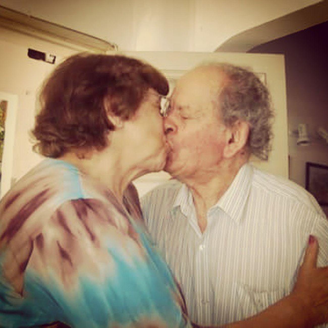 Lo conoció a los 14. Ahora tiene 82. Alguien dijo que el amor no era para siempre? Jaja los amo :) Abuelos Amorporsiempre Love Loveforever Loveyou Grandma Granfather Kiss Kissing