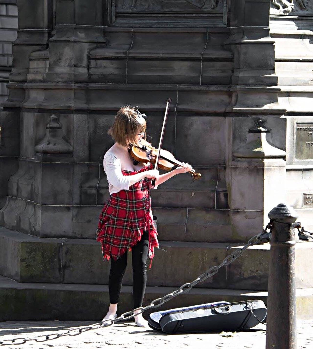 EyeEm MyEyeEm Street Photography Frommypointofview Edinburgh Music Musicintheair Girlplayingmusic Randomphotography Randompic
