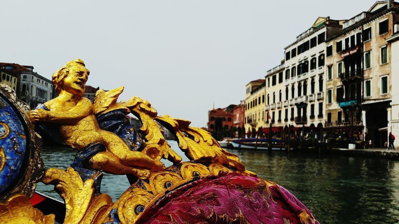 💫 Yo sigo en ese mundo los pequeños detalles siguen importando💫Venecia Italia Gran Canal Small Detail Gondole In Venice Love Water Sculpture City Travel Destinations Canal Sky Clear Sky Day Flowing Tourism Creativity Famous Place City Life Maximum Closeness