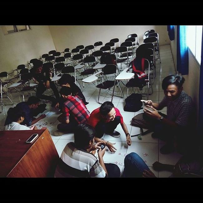 Orang indonesia kalo lagi ngumpul kalo ga gapleh ya remi haha TeknikMesin Majalengka