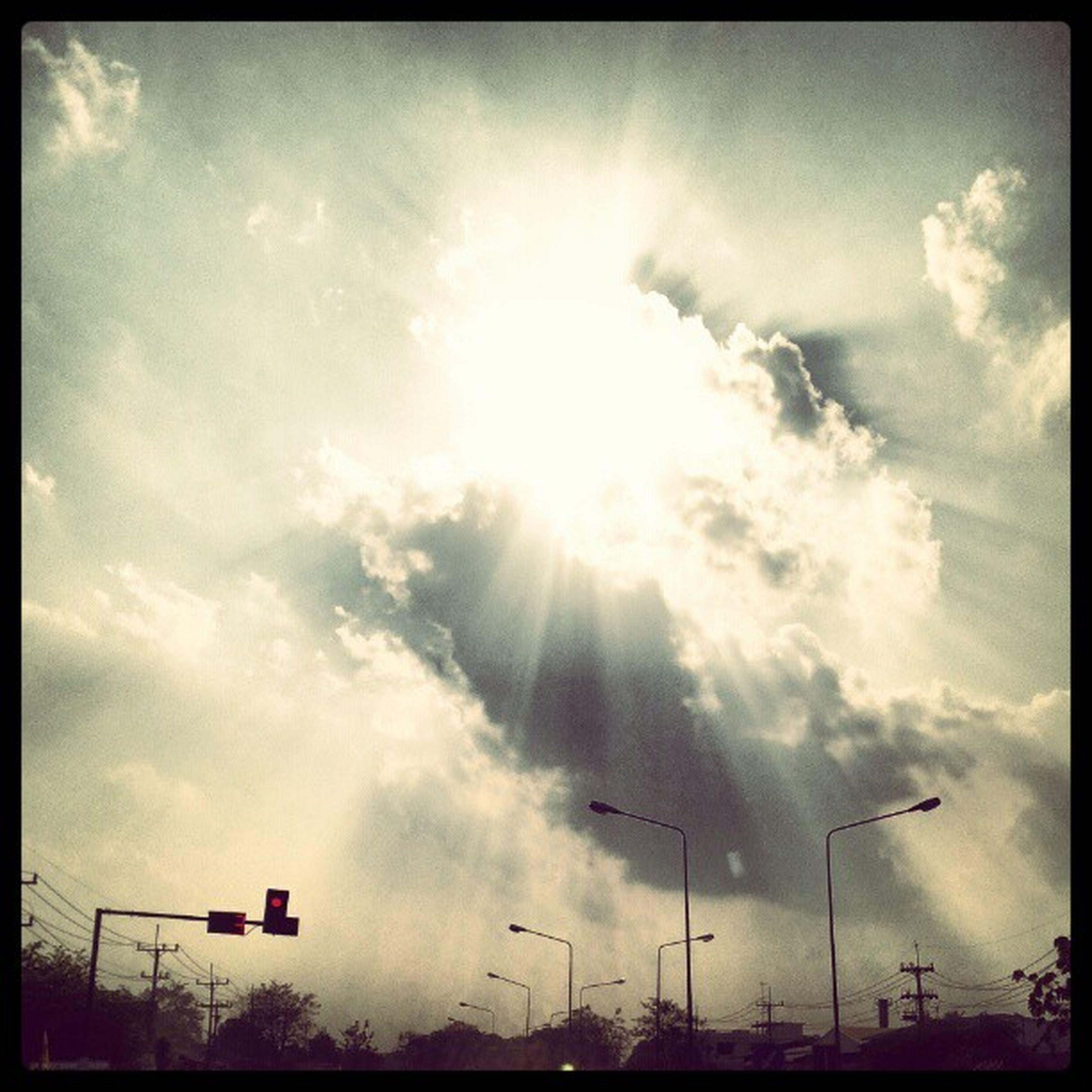ท้องฟ้าแบบนี้...มันอาจจะมีพลังงายบางอย่างซ่อนอยู่ก็เป็นได้ ?☁☀☁?