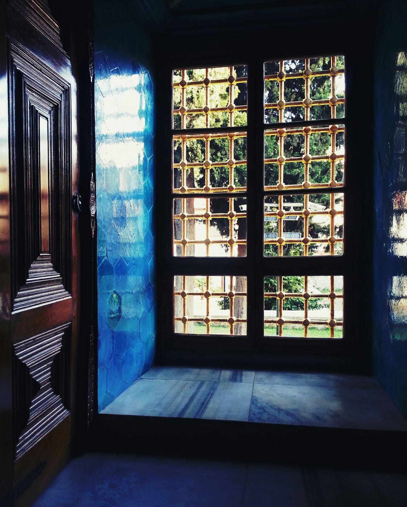 karanlığa sızan aydınlık. Window Mosque Lights Historical Building