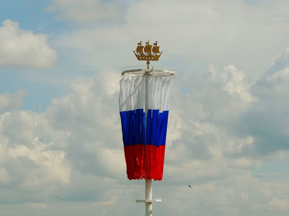 Day Of The City Walking Around Vasilievsky Ostrov Russian Flag Sky Clouds And Sky The Essence Of Summer