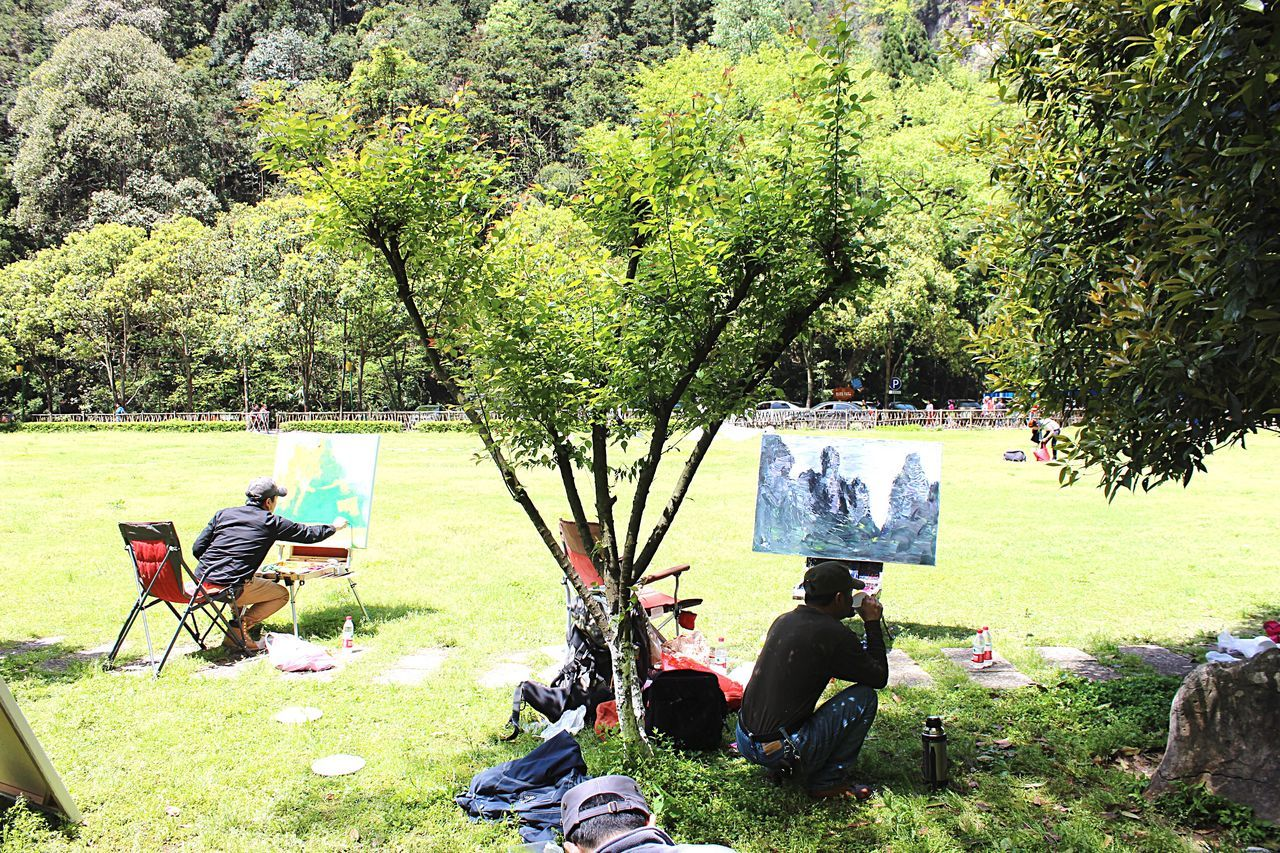 sitting, tree, grass, day, full length, relaxation, leisure activity, real people, outdoors, nature, togetherness, two people, men, beauty in nature, adult, people