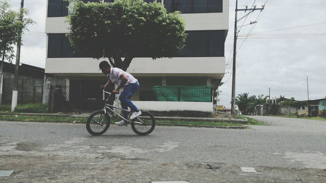 Deporte Bmxphotography Bmxfreestyle Transportation Mode Of Transport Architecture Built Structure Bicycle Land Vehicle Building Exterior Full Length Side View Casual Clothing Leisure Activity Lifestyles City Travel City Life City Street Day Young Adult Outdoors First Eyeem Photo