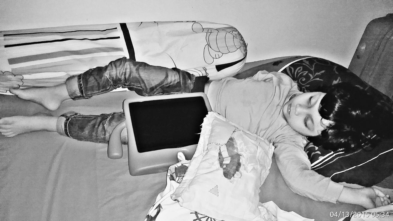Sentiasa dsebelah, mana pergi mana duduk mana tido... mujur bukan mana berak 😂 Bantalbusuk Tablet Furqan Vscocam Goodnight Tired Return From Holiday Repost From Instagram Sara_teck