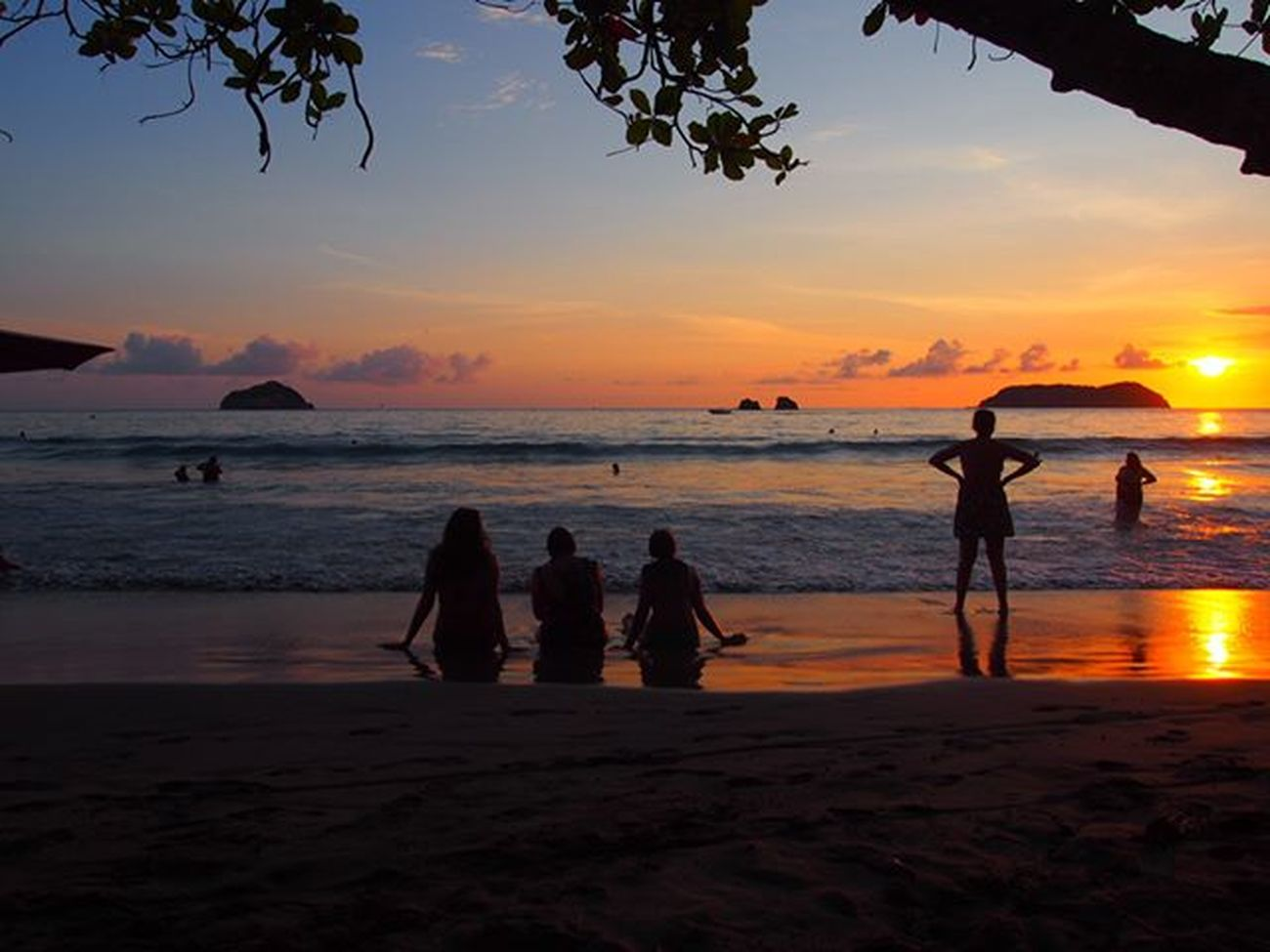 Manuel Antonio Beach at sunset with friends ------------------------------------------- Manuelantonio Exploremanuelantonio Costarica Explorecostarica Beach Beaches Blacksandbeach Beachlife Sunset Sunsets Sunsetlovers Surise_sunsets_aroundworld Travel Travels Travelling Instatravel Olympus Gadventures Gadventurestour