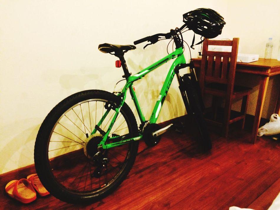 เฮ้ย!!..มีจักรยานเป็นขอตัวเองและนะ! 100บาท! ไม่ต้องแบกขึ้นเครื่องมา 1,600!! 😂😂😂 คืนนี้มีจักรยานนอนเป็นเพื่อน!! 6โมงเช้าเจอกัน Slow Life Bike Life