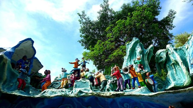 Singapore Throwback Statue Hawparvilla Bright Day