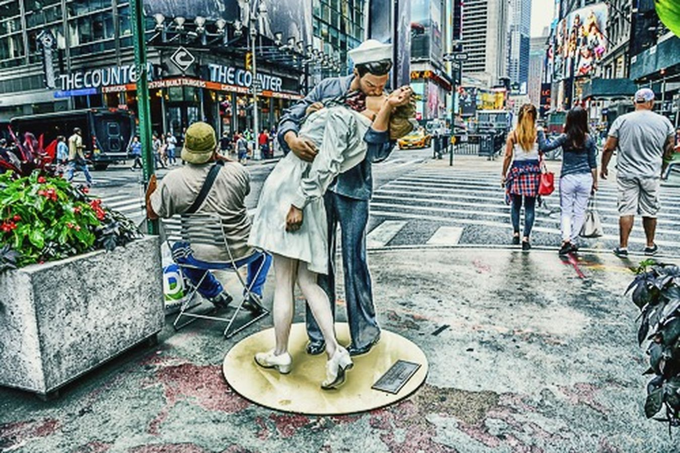 times square NYC SCULPTURE Sculpture Seward Johnson Sailor Boy Kisses Nurse World War 2 Memorial Urban Life Urban Lifestyle UrbanART WW2 Memorial