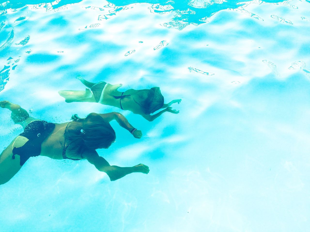 water, swimming, underwater, scuba diving, real people, leisure activity, adventure, two people, undersea, exploration, swimming pool, nature, blue, sea, scuba diver, togetherness, vacations, beauty in nature, men, day, outdoors, people