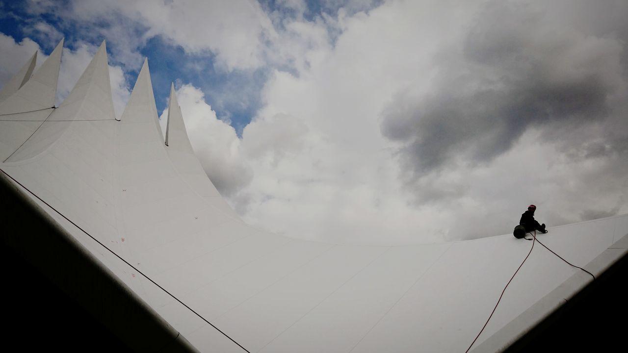Ein schmaler Grad Cloud - Sky Outdoors Sky One Person Low Angle View Tempodrom Frühjahrsputz Frühjahrsgipfel Whiteness Break The Mold