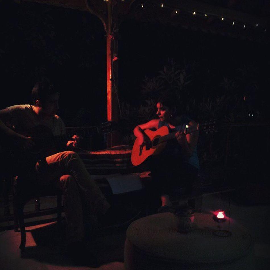 Bu gece canli muzik dinliyoruz efemim... uzulecekBaharbahcecaferestaurant Baharbahcecafe Baharbahce Bahce cafe havuz istanbul kavakli kavaklida gitar canlimuzik ortam