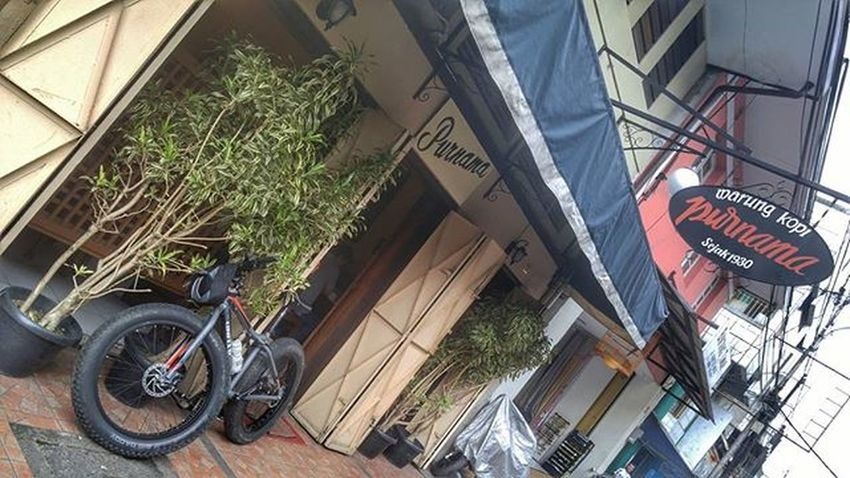 "Must try this coffee shop ""Warung Kopi Purnama"" Bike Bicycle Fatbike United Grind Fatbikeworld Val  2016 Polarbottle Eibag LG  G4 LGG4 😚 Bandung Bandungjuara ☕ Coffee"