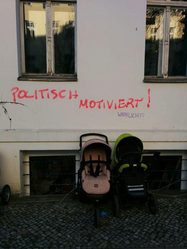 Politische Motivation, Neukölln Style. Graffiti Kinderwagen Politisch Motiviert Schlauer Spruch Slogan