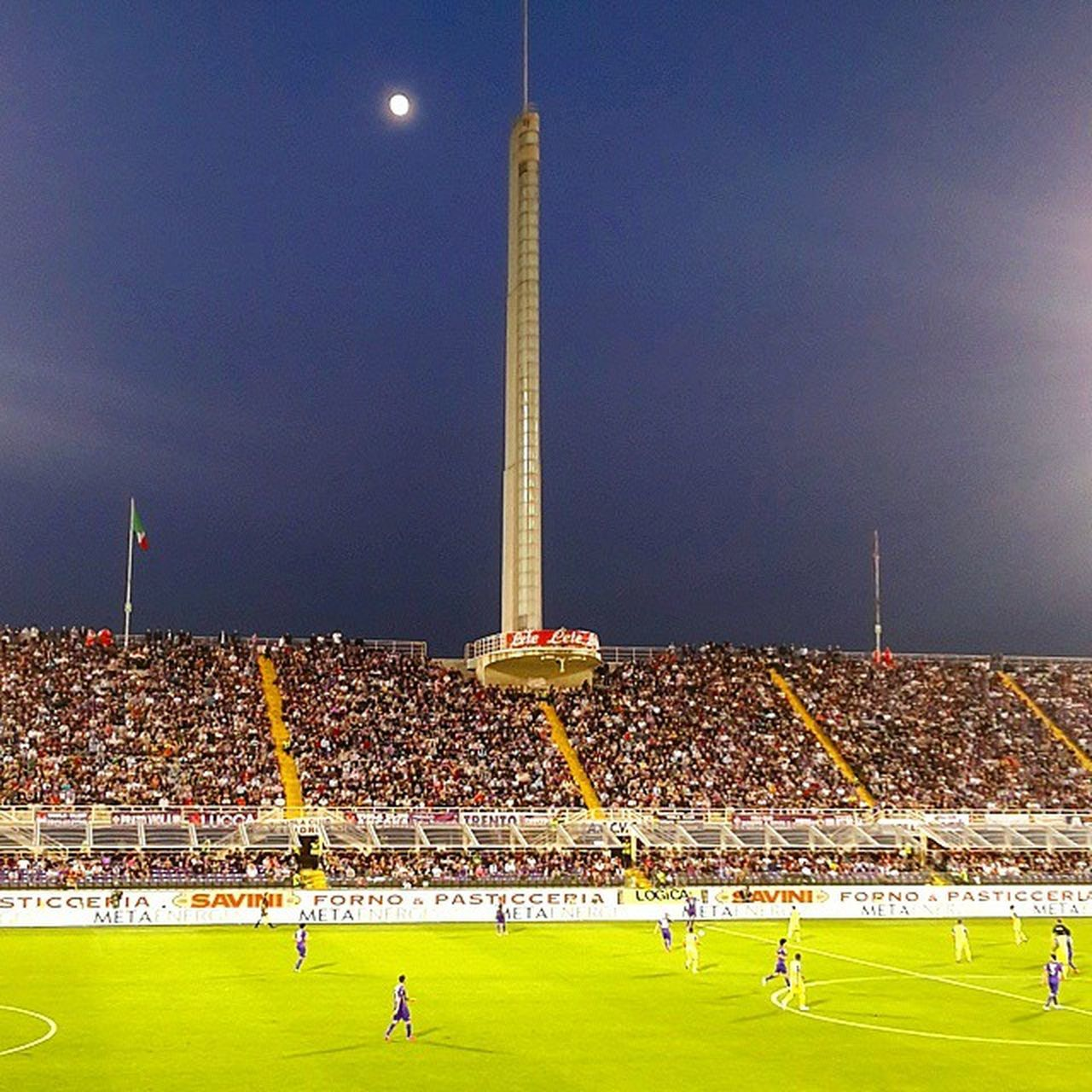 soccer, stadium, large group of people, night, soccer player, blue, sport, soccer field, grass, crowd, spectator, real people, playing, outdoors, sports team, sky, fan - enthusiast, sportsman, people, adult