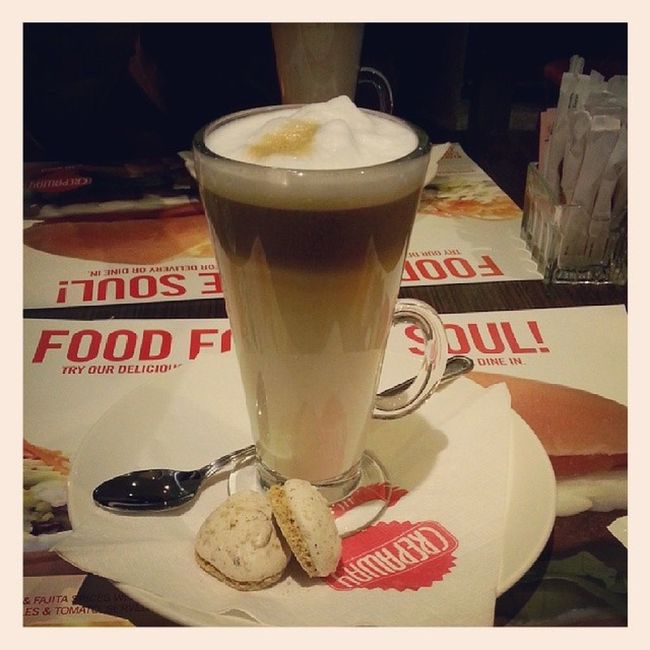 Cafe Latte Decaf with Skimmed milk for my healthy diet :)) m skipping the meringues tonight :/