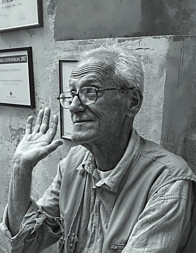 MAFIA STYLE: absolved of blame or guilt • Canon S 30 , 7.1 mm, f/2.8, 1/80 iso 400. First Eyeem Photo Mafia  Old Man Gestures Blackandwhite Italy People People Photography Streetphotography B&w Street Photography Expression