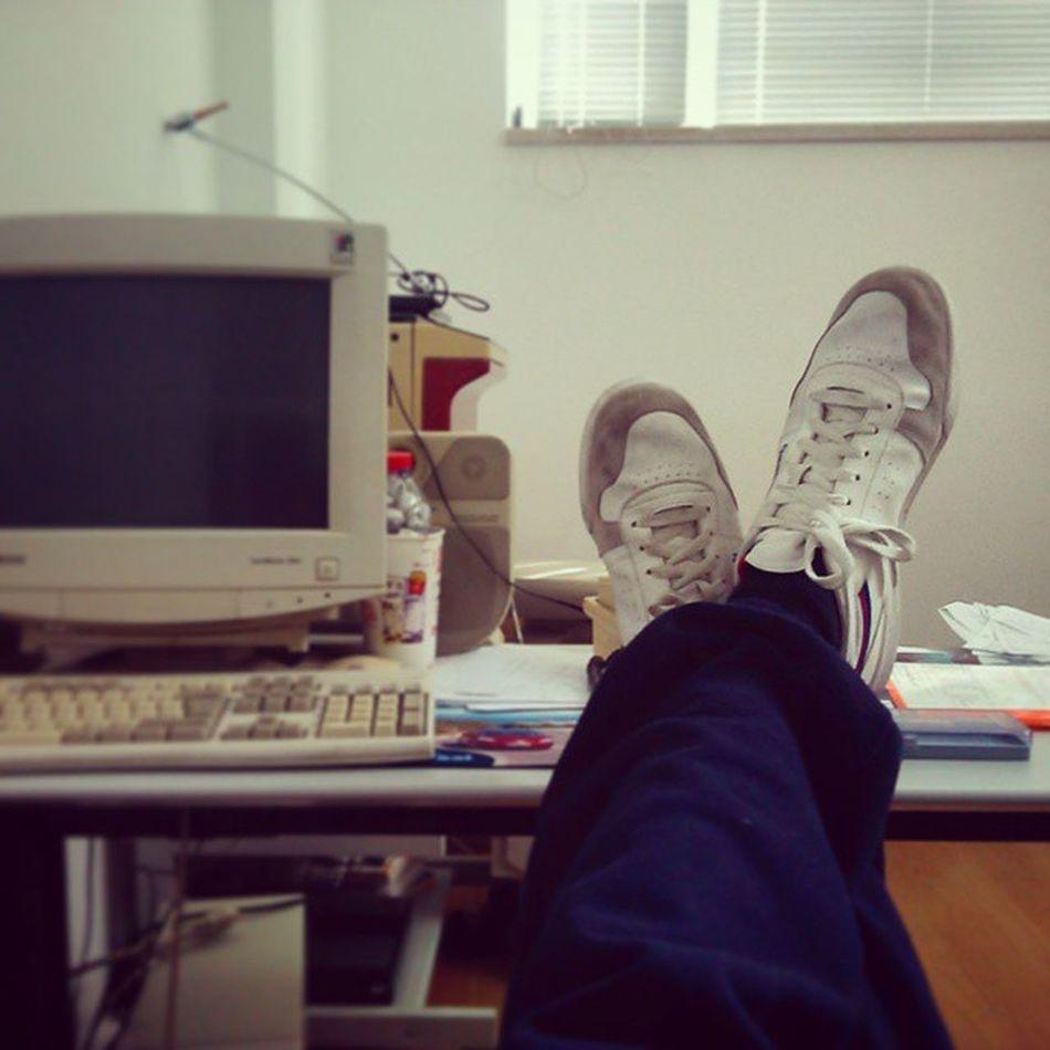 Long day at the office. Reebookclassic PCtopodegama Nochill Semcompromissos Secadivida áesperaqueotempopasse Evaipassandosemnósdarmosporisso ...⌚🔫