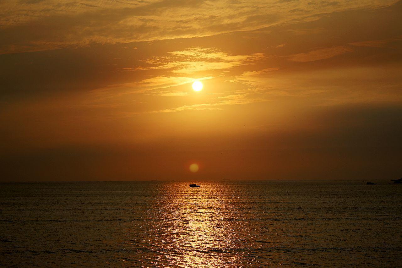 Spot Light @bombay @marindrive @mumbai @nikon @nikond5300 @nikonphotography @spotlight Beauty In Nature Cloud Horizon Over Water Nature Orange Color Sea Seascape Sky Sun Sunlight Sunset Water EyeEmNewHere Long Goodbye Welcome To Black