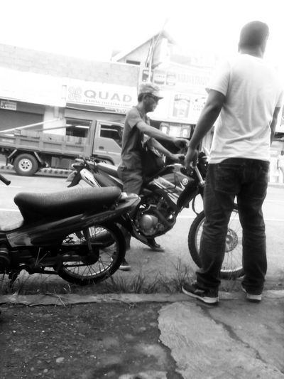 Messenger Motorist Travel Wanderer Nimtaparan Talkpublic Public Transportation Public Talk Taking Pics While Driving Taking Pictures Lovephotography  Streetphotography Taking Photo Of People Motorcycles Bystander Waiting For The Bus