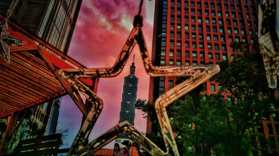Low Angle View No People Outdoors City Sky Day Streetphotography Chirstmasphotos Multi Colored Pink Pink Pink  Lightandsadow Take Photos Star Taipei 101 Reflection Colorful