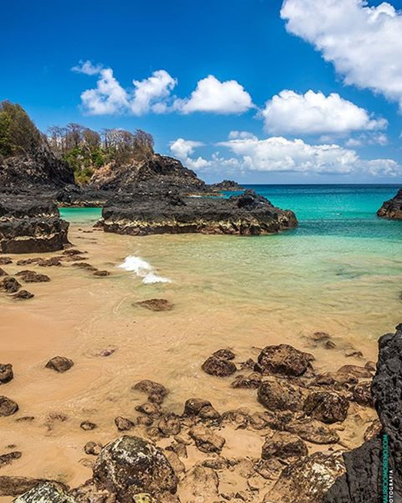 Praia dos Porcos, Fernando de Noronha - Pernambuco, Brasil. www.mauriciomoreno.com Fernandodenoronha Pernambuco PE Nature Landscape Art Photography Praiadosporcos Noronha Beach Paradise Sea Rock Coast Coastline Mmorenofoto Interordesign Finearts Designdeinteriores Decoration Decoração