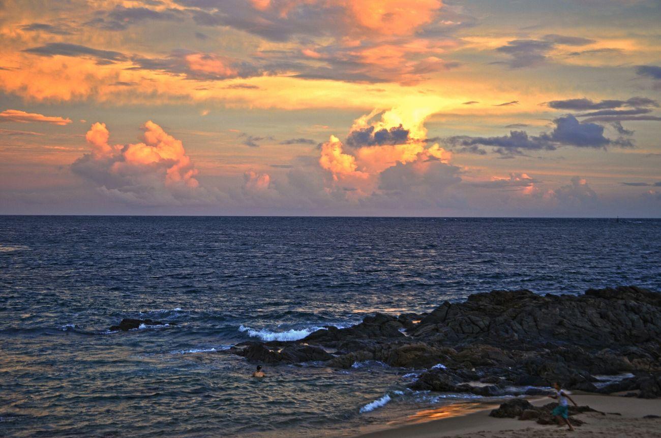 Olho o mar, imenso é o mar, o homem não consegue dominar, mas para o Senhor ele é como uma simples gota de orvalho... Relaxing Sea Sunshine Sunset Sunrise Sunrise_Collection Beach Beachphotography Nikond90 Nikonlovers