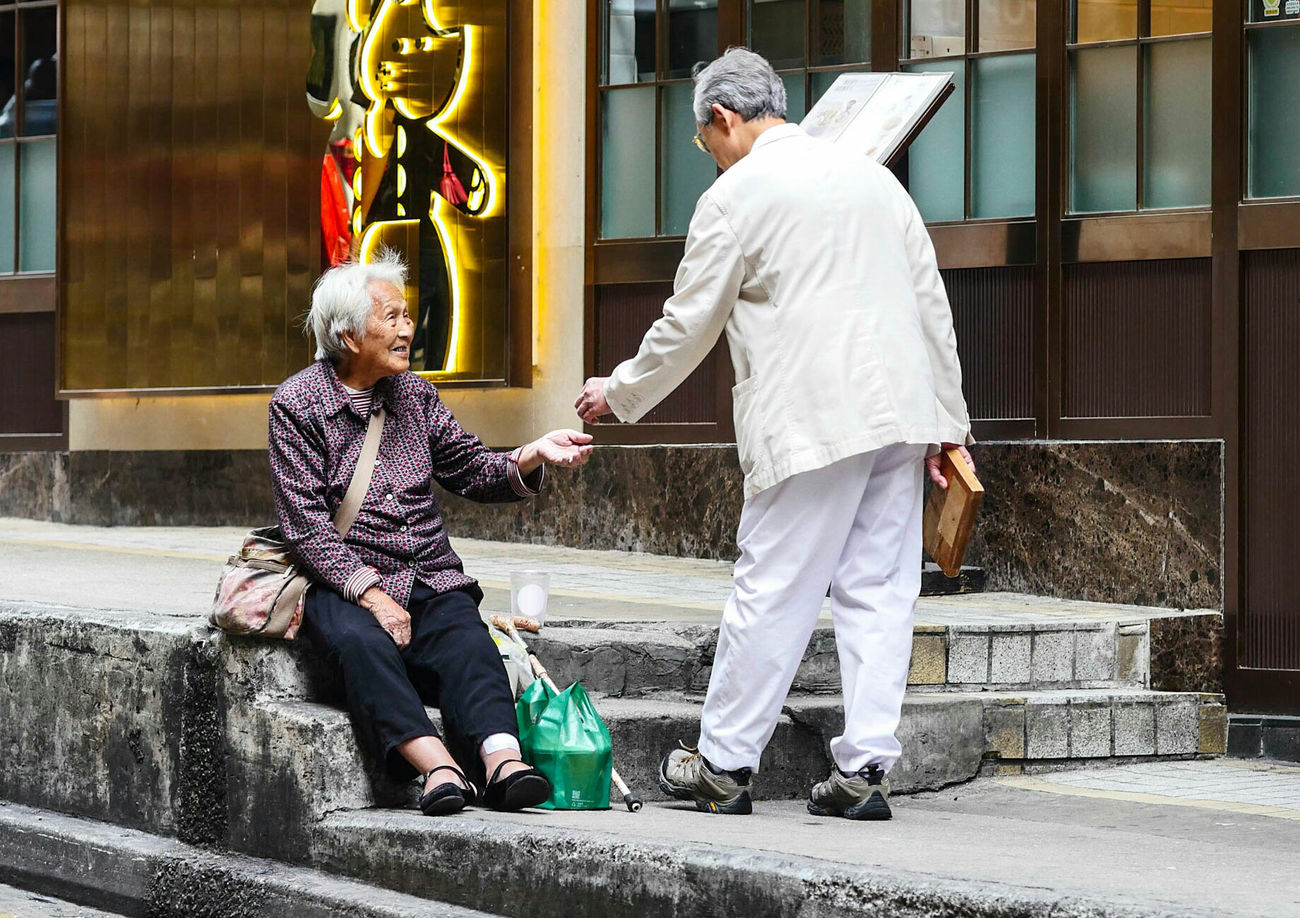 Two People Traditional Clothing Giving Happy Street Life Streetphotography Streetphoto Colour Color Kindness Of A Stranger Kindness Outdoors Hongkonger Hong Kong Central Hong Kong