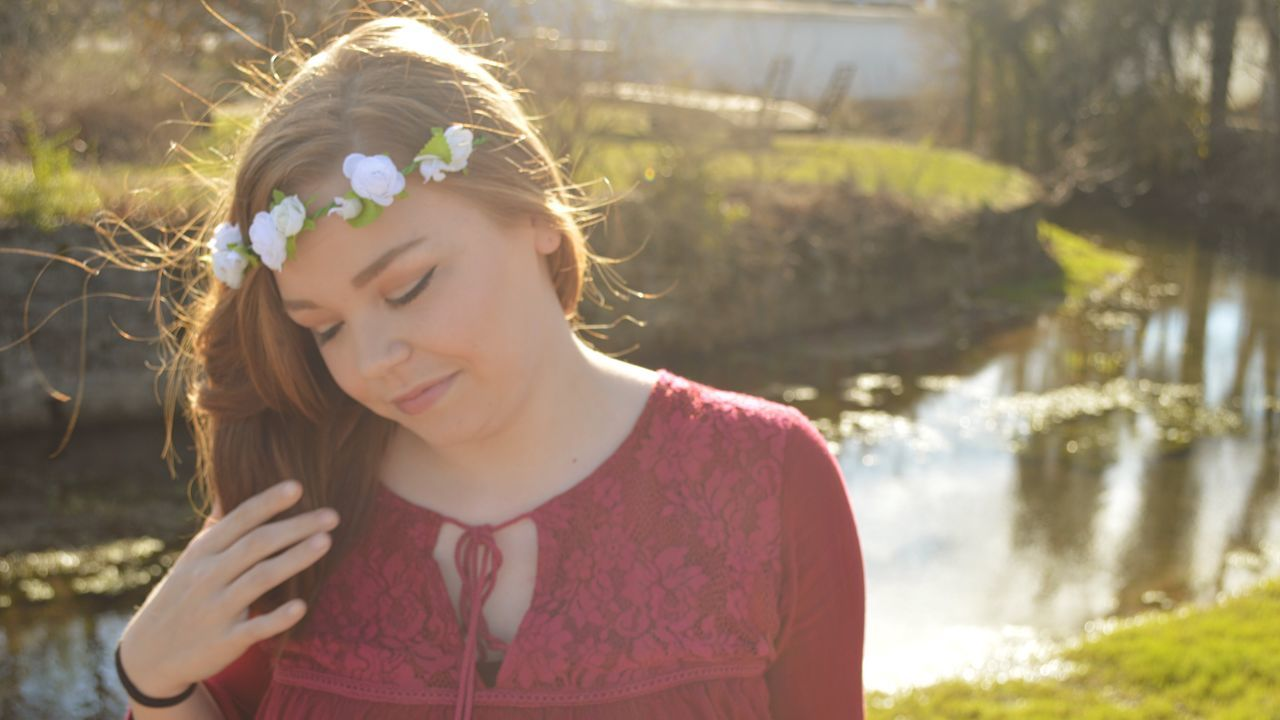 📸 One Person Flower Focus On Foreground Outdoors Headshot Day Beauty Real People Nature Tree Young Adult Headband People Close-up