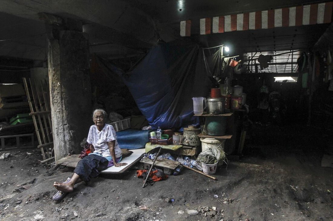 The activities of poor people who lived under the motorway bridge Sedyatmo, Jakarta. Activity Adult Adults Only Ahok.. Basuki Tjahja Purnama Dailylife Dailylifejakarta Day Economics Full Length Jakarta Jakarta Governor Occupation Only Men Outdoors People People Watching Photo Story Poor  Population Poverty Real People Slum Area Young Adult