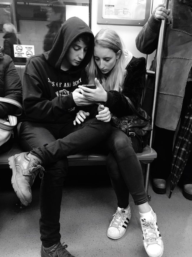 Compartiendo en el viaje del metro.. Taking Photos The Week Of Eyeem Santiago De Chile Feel The Journey Capture The Moment Gente Cualquier Dia Woman Power Need For Speed Two Is Better Than One Monochrome Photography