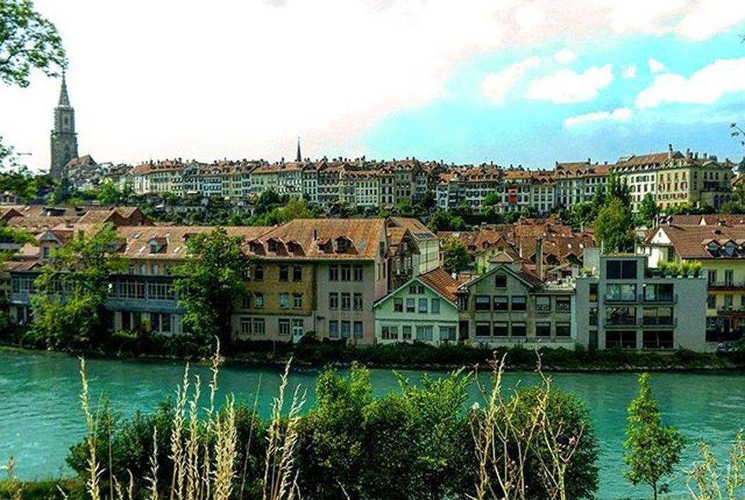Bern on a very fine day. Oldcityofbern Capitol Capitolcity River Clearwater Oldhouses Switzerland Nofilter Sunnyskies Cloudyskies Perfectweather Thiscountryisgorgeous Cantgetenoughofthiscountry Youshouldbehere Shores Banks Besttimes Withmybb
