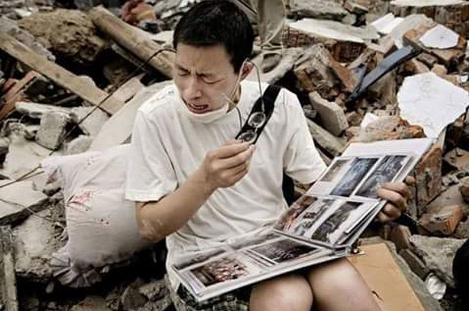 Este hombre encontró un álbum de fotos de su familia en los escombros de su casa , después de un terremoto en china. Photography Phothograph First Eyeem Photo Faces Of EyeEm Perdida China Photos Desastre