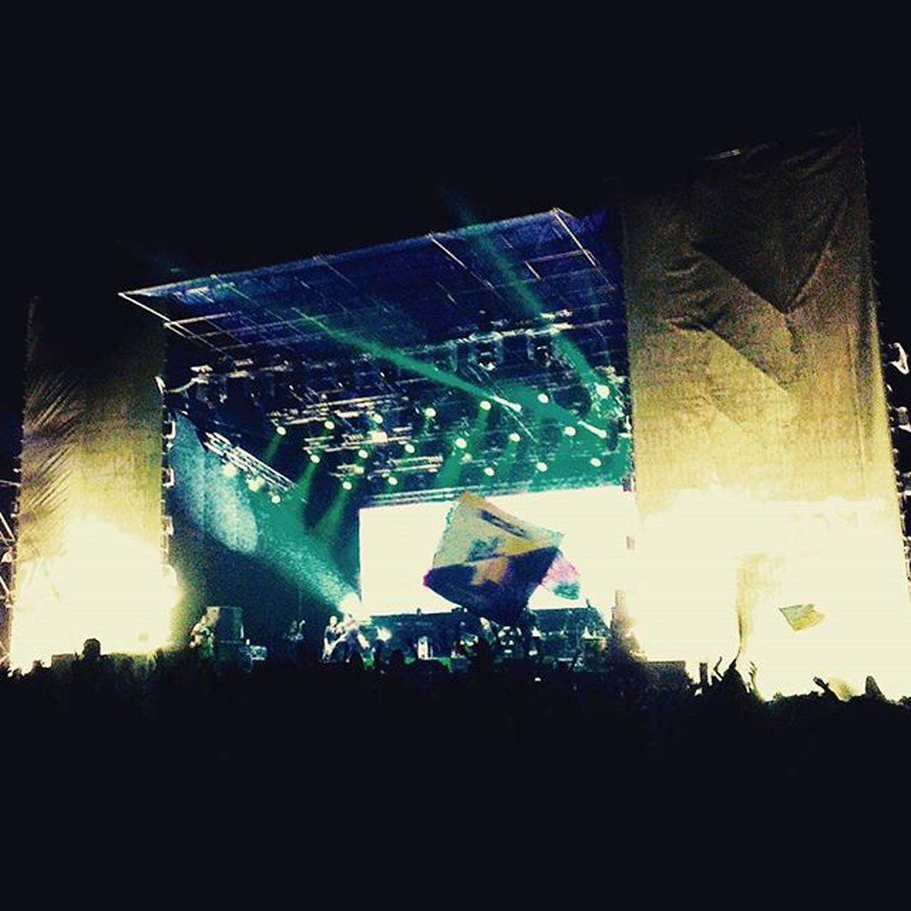 """Флаг """"Азова"""" выглядит очень гармонично на фоне немцев из Oomph! Кста, очень хорошее выступление, наверное пока одно из лучших за 2 дня фестиваля. Эмоционально, как для немецкой группы)) Zaxidfest Oomph Lemberg Азов"""
