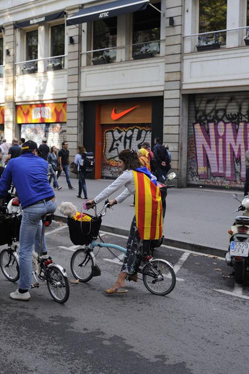 Todos a la fiesta.....mascota incluida y tuneada.... hahahah... Mi Particular Diada FreedomCatalonia2014 Catalunya Independent Streetphotography