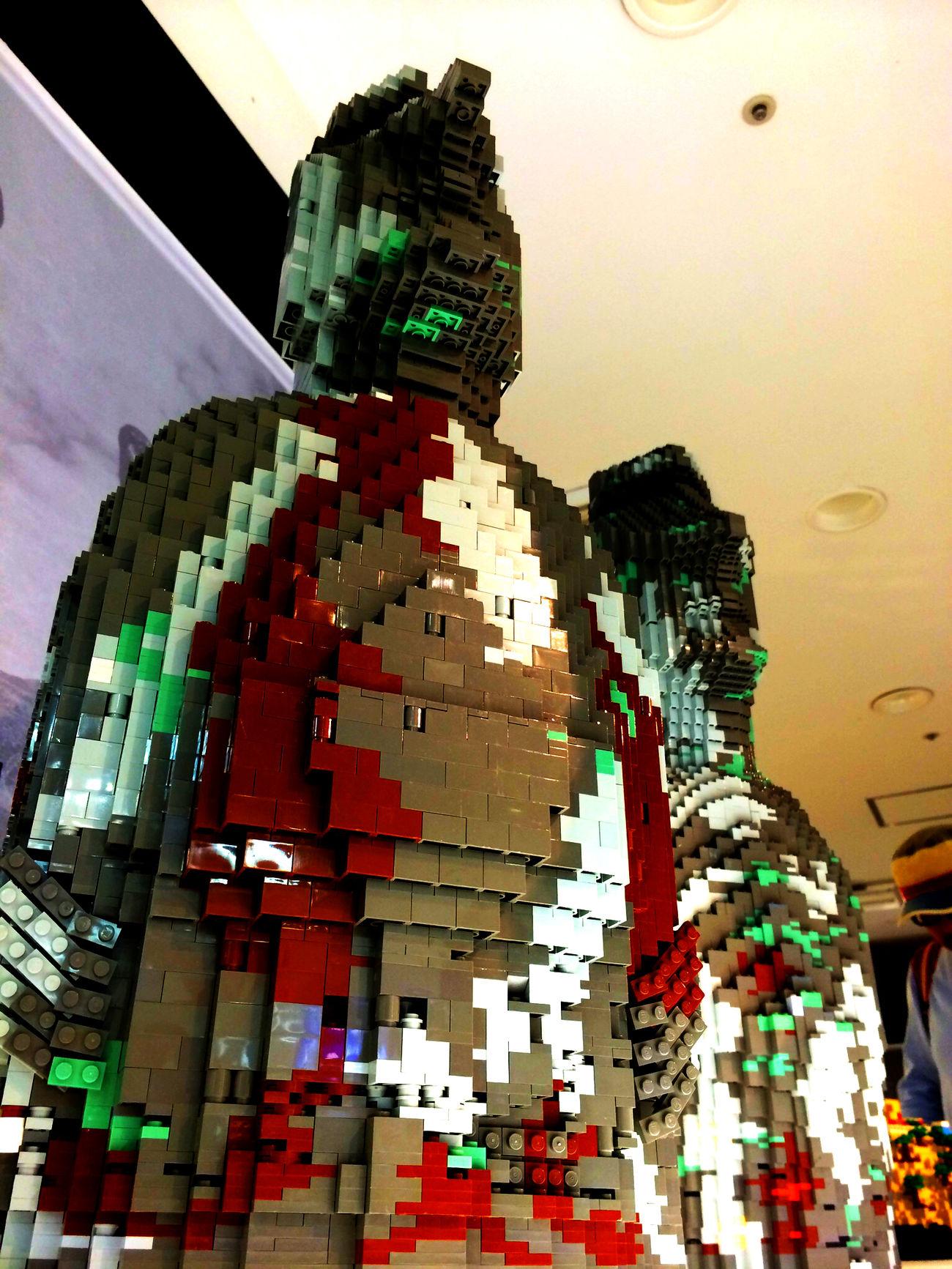 レゴ LEGO の モアイ像 Moai 。最近、地中に埋まっていた、妙に姿勢の良い全身象が発見されたそうですね。