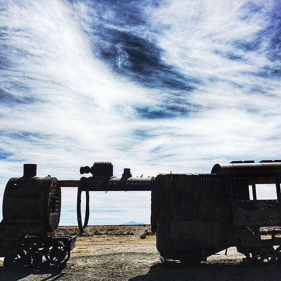 Hanging Out Check This Out Hello World Trenes Antiguos Uyuni Train Cemetry Hello World Salar De Uyuni