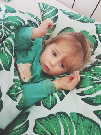 Little Girl Lying Down Portrait Real People Innocent Innocent Face Big Eyes Cute Green Trust Bedtime Child Childhood Children Only Children Photography EyeEmNewHere