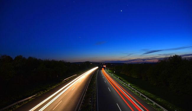 Nachtaufnahme von der Brücke Lichtenberg auf die Autobahn