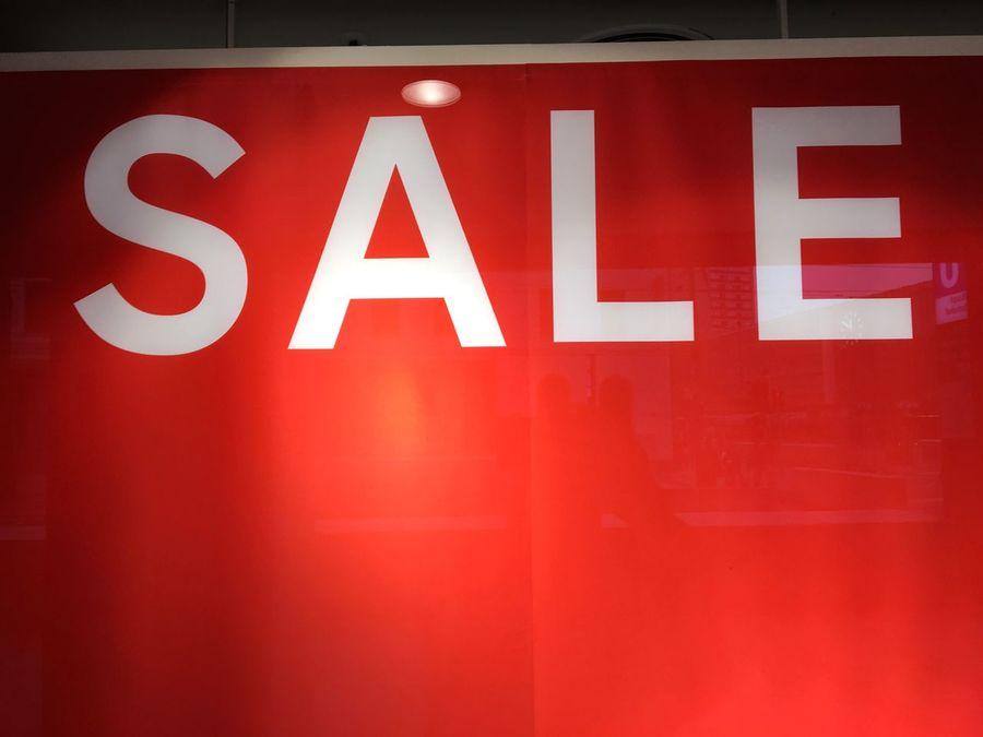 Sale, Verkauf, Schaufenster, Schriftzug, Buchstaben, rot, Hintergrund, Angebot, Spot, Sell Buy Sale Red Text Communication No People Guidance Indoors  Illuminated
