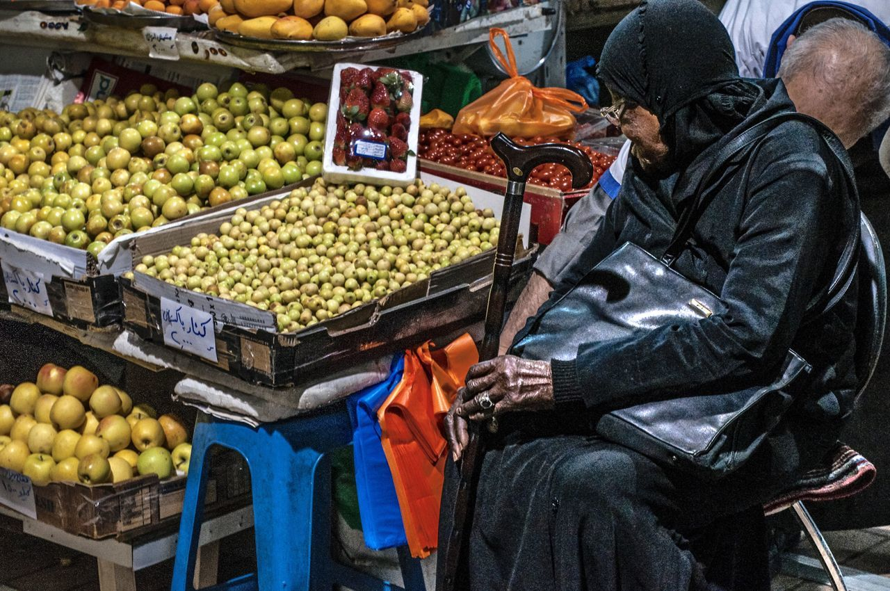 I was impressed by the hand of that woman...✋🏾 Fruit Market Market Market Stall Neighborhood Map Old Age The Photojournalist - 2017 EyeEm Awards The Street Photographer - 2017 EyeEm Awards