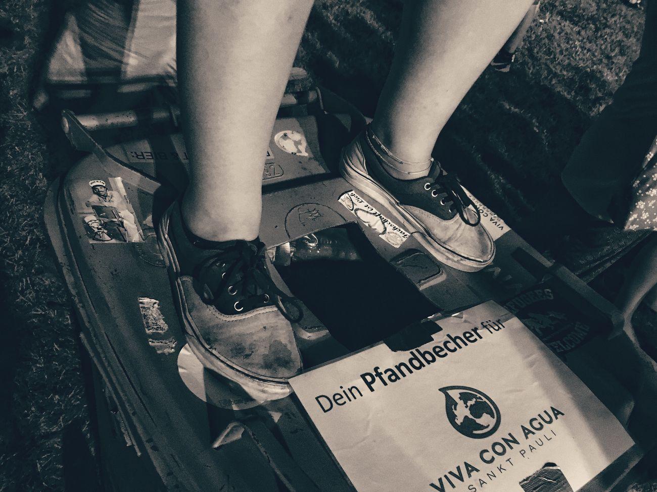 Da steht wer auf Viva Con Agua Vca Vivaconagua Festival Season Hütterocktfestival Blackandwhite Nightphotography Mülltonne Shoes Vans Vans Off The Wall