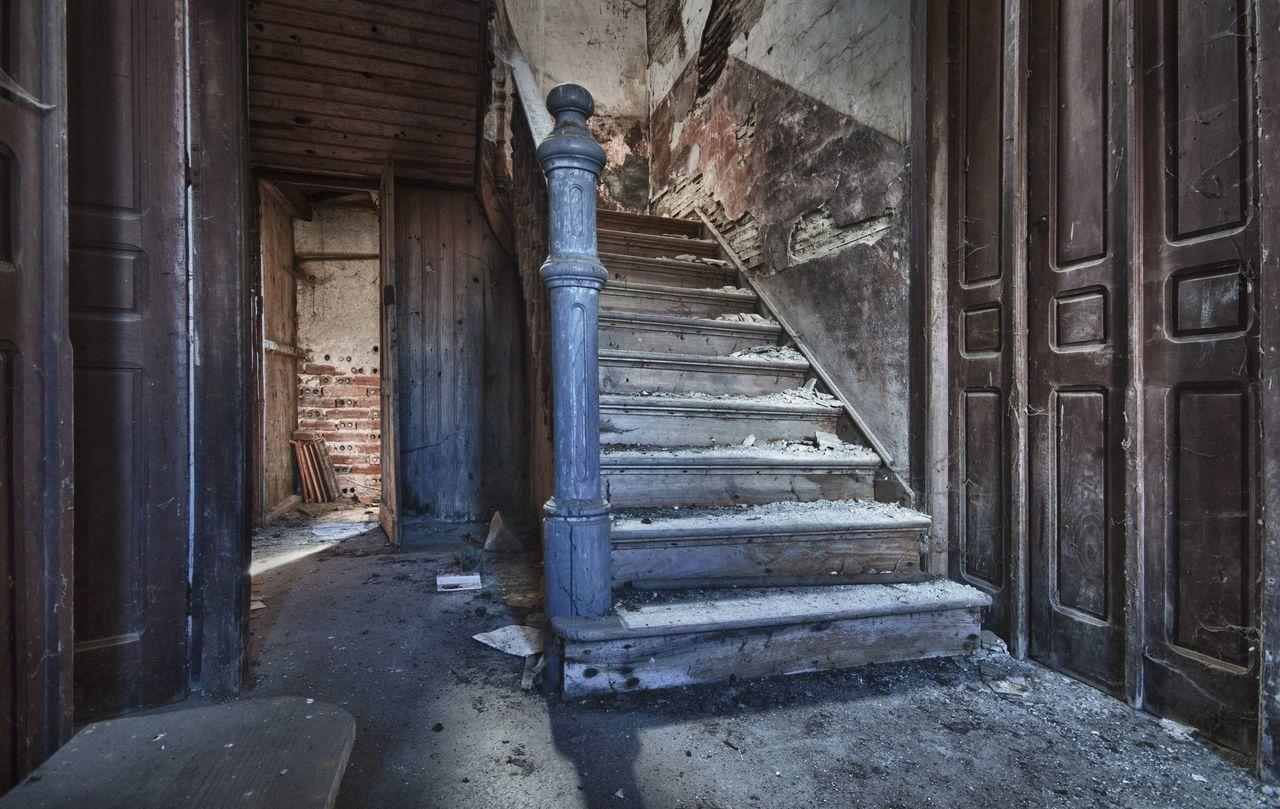 Las escaleras de mi vida. Y nunca dejaré de subir cada uno de sus peldaños, cueste lo que me cueste, porque algun día llegaré a lo mas alto! HDR Abandoned Ksilencio.com Upstairs