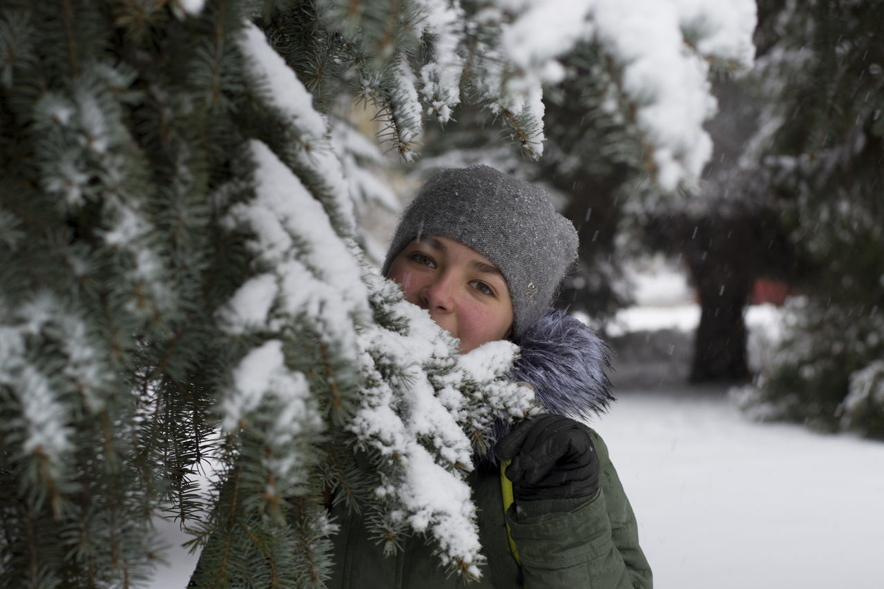 Beautiful stock photos of weihnachtsbaum,  18-19 Years,  Caucasian Ethnicity,  Cold Temperature,  Day